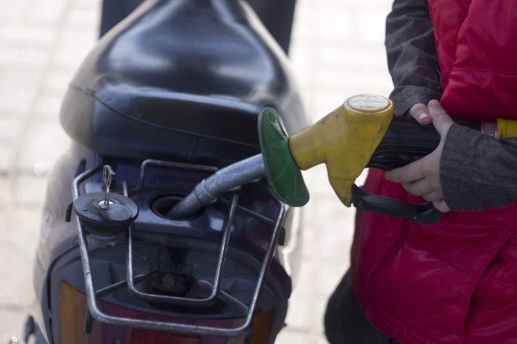 Сколько бензина можно купить на среднюю зарплату
