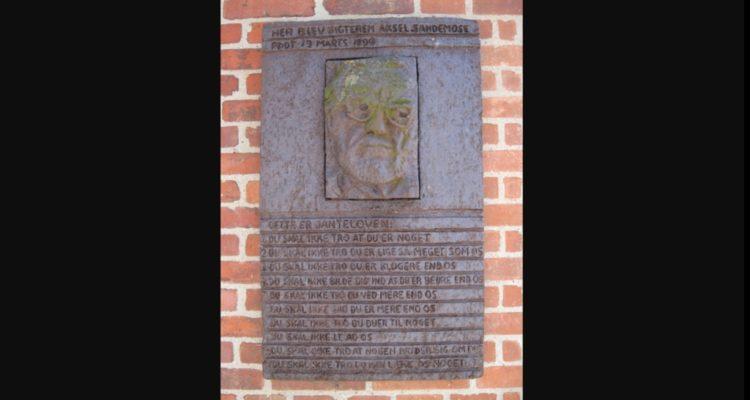 Доска с правилами и изображением Акселя Сандемусе, их автора