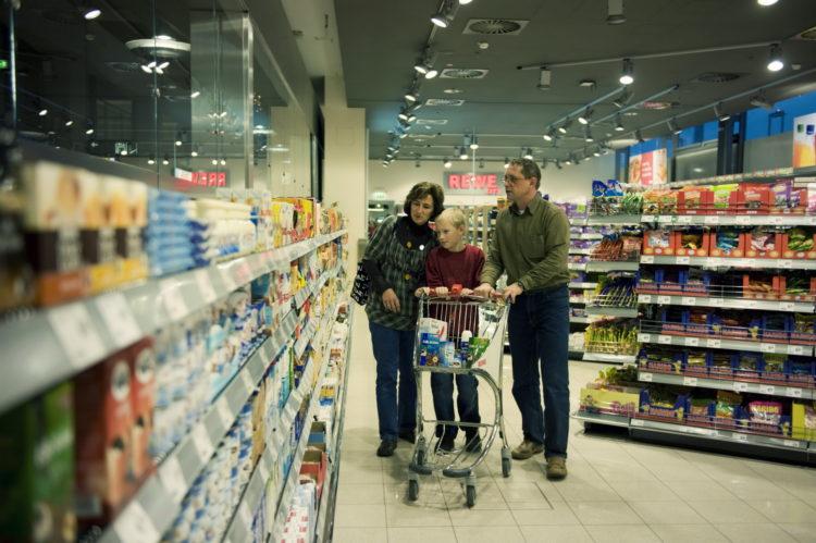 Семья делает покупки в Германии, продуктовый магазин