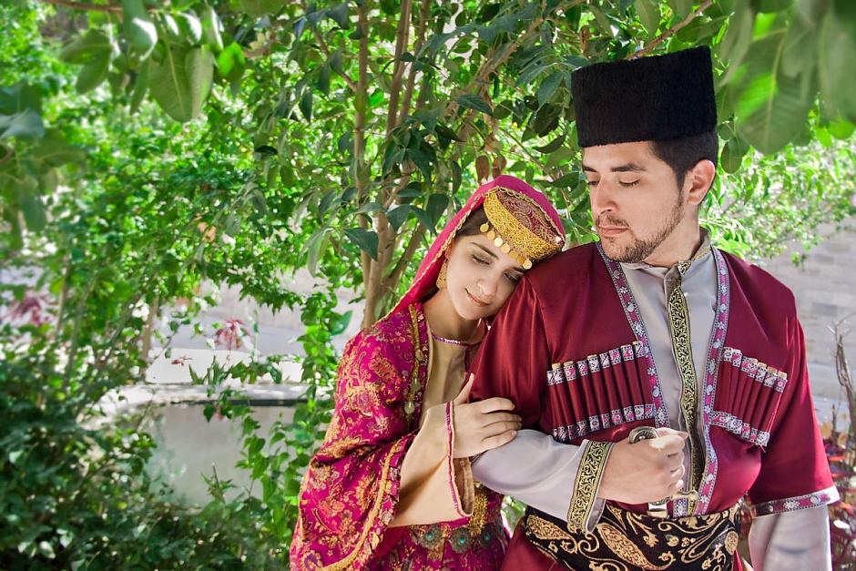 Азербайджанцы в национальных костюмах