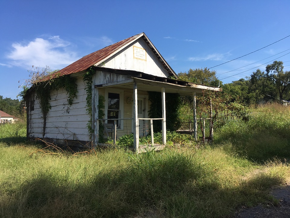 Старый заброшенный домик в Арканзасе стоит как квартира в Смоленске. Там нашим чиновникам самое место