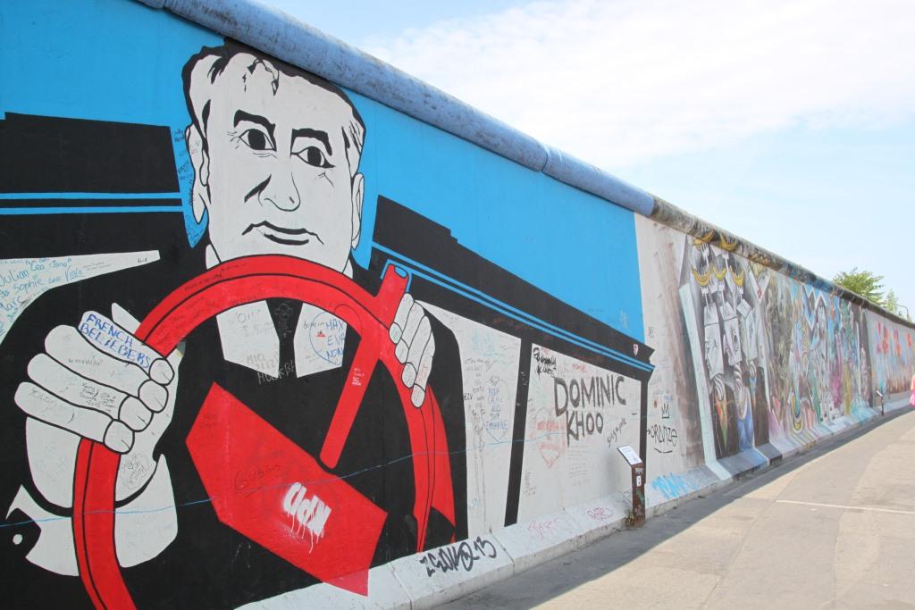 Берлинская стена разрисована интересными граффити со скрытым смыслом