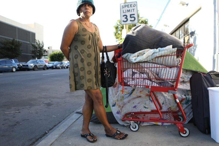 Бездомная с тележкой с вещами, Лос-Анджелес