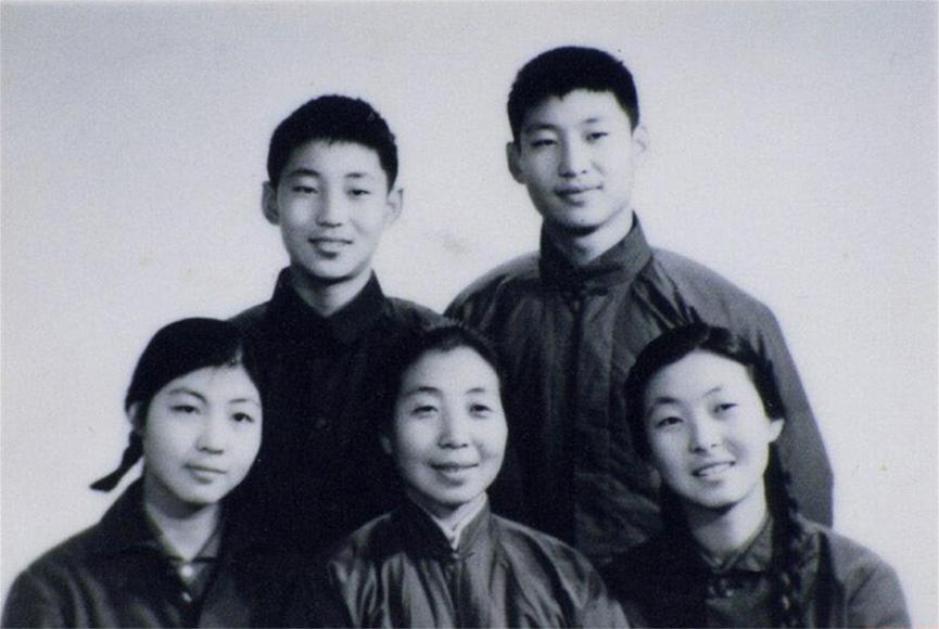 Си Цзиньпин с братом и сестрами