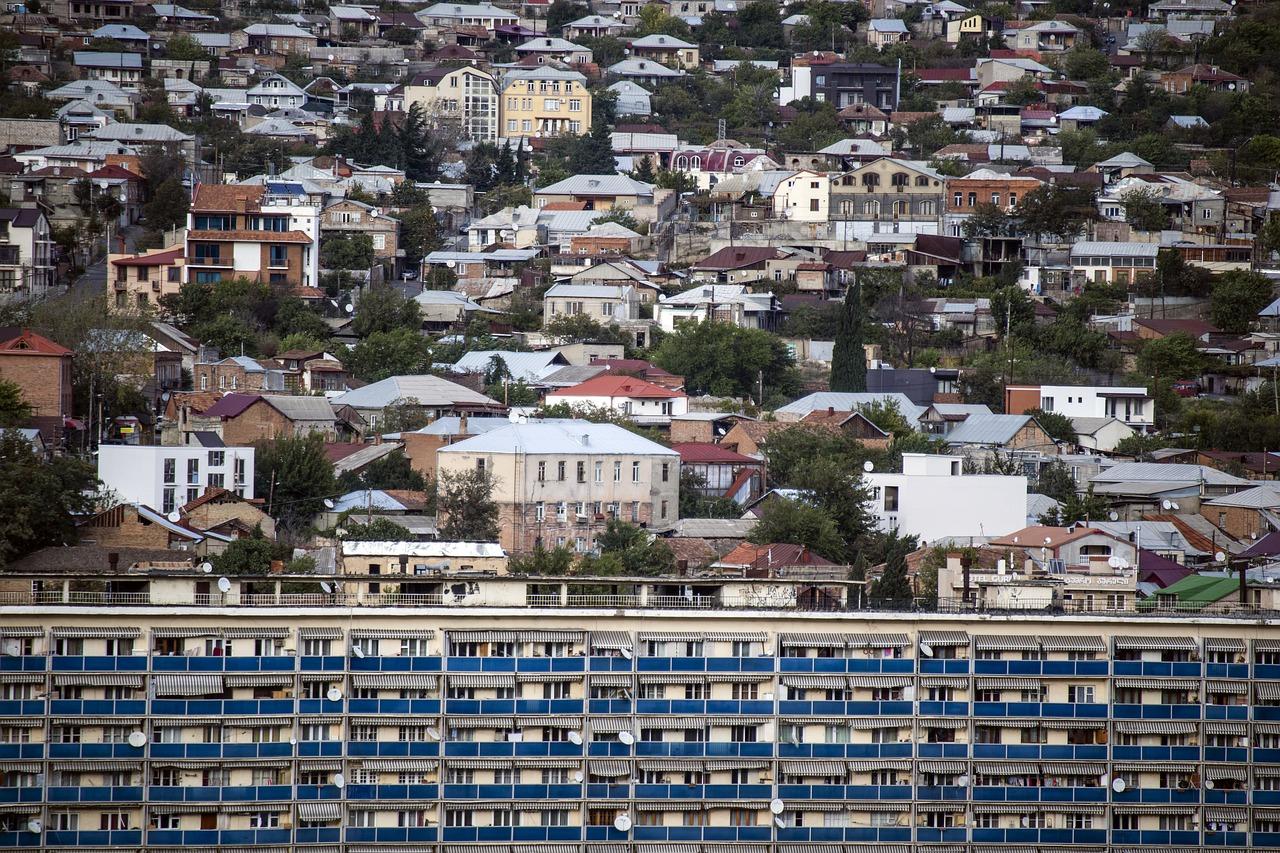 Тбилиси, малоэтажная застройка. По домам хорошо видно, насколько велика разница в доходах людей