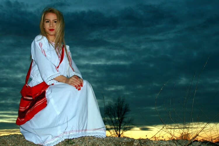 Жизнь в Румынии - девушка в румынском национальном костюме